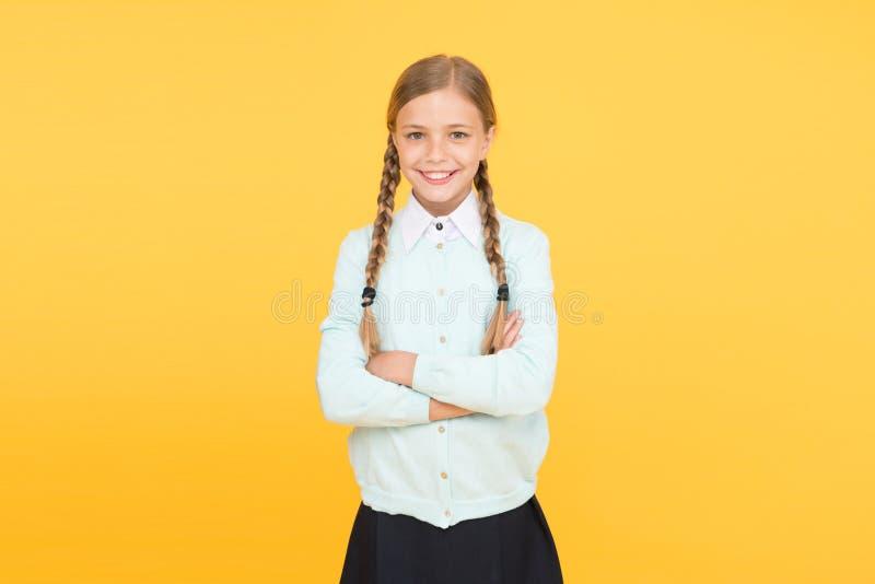 Schoolmeisje gelukkig het glimlachen leerlings lang haar Begin van academisch jaar Onderwijsactiviteit Homeschooling of het bezoe royalty-vrije stock afbeeldingen