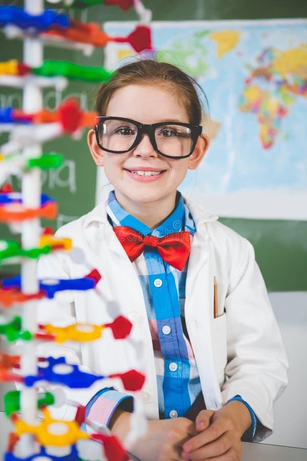 Schoolmeisje het assembleren moleculemodel voor wetenschapsproject in laboratorium stock foto's