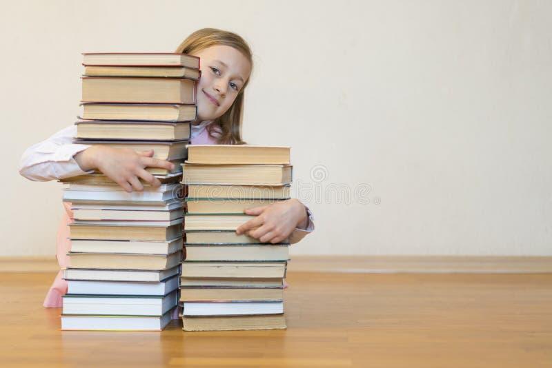 Schoolmeisje huging boeken Het concept van het onderwijs Terug naar School De ruimte van het exemplaar stock afbeelding