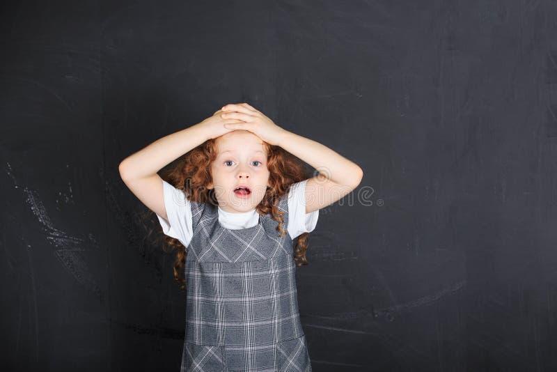 Schoolmeisje met bang gemaakte, droevige, ongerust gemaakte beklemtoonde uitdrukking fac stock afbeeldingen