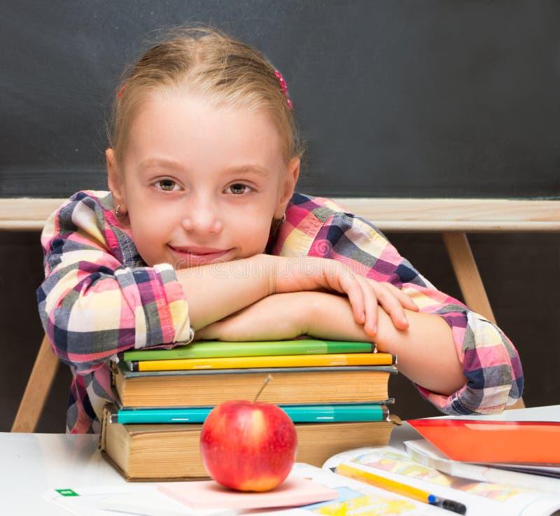 Schoolmeisje met boeken en appel. stock afbeeldingen
