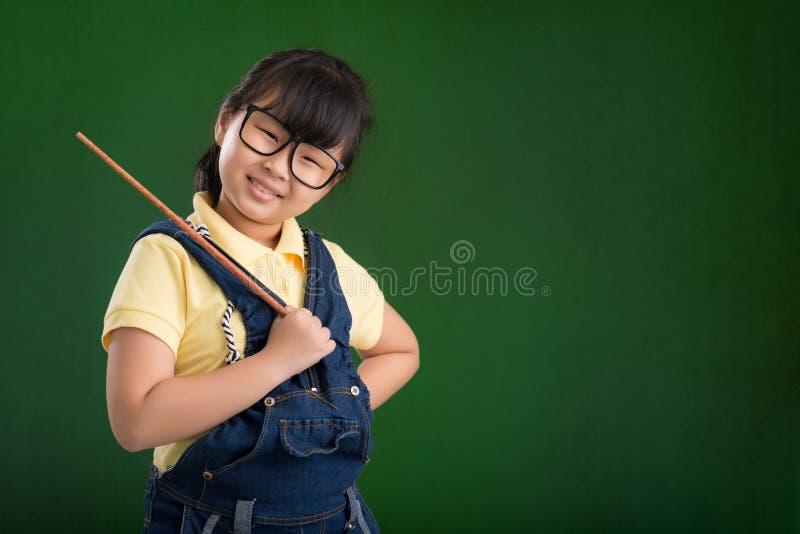 Schoolmeisje met een wijzer royalty-vrije stock fotografie