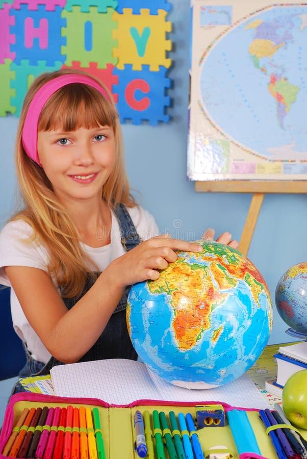 Schoolmeisje op aardrijkskundeles stock foto
