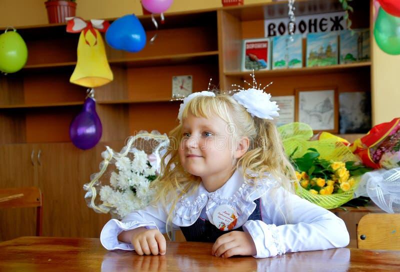 Schoolmeisje op school stock foto's
