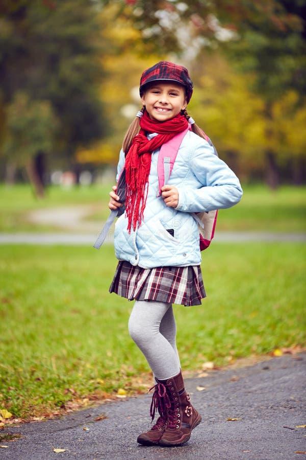 Schoolmeisje in park royalty-vrije stock fotografie
