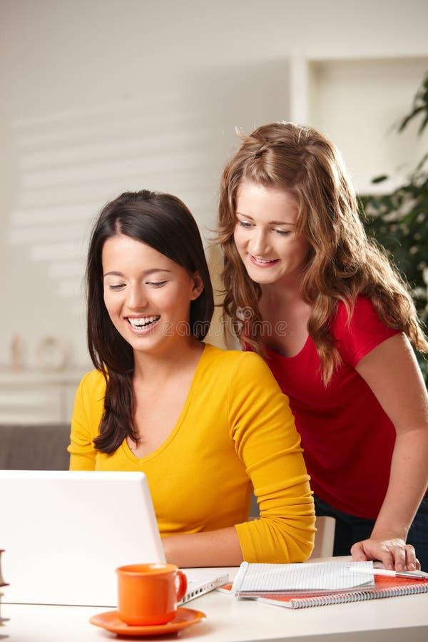 Schoolmeisjes die computer bekijken royalty-vrije stock foto