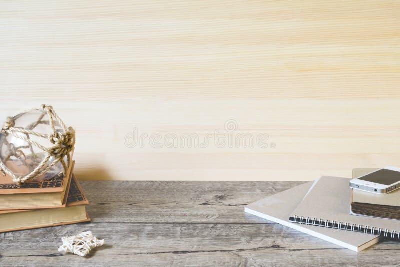 Schoolnotitieboekjes, potloden en andere punten op houten achtergrond royalty-vrije stock foto's