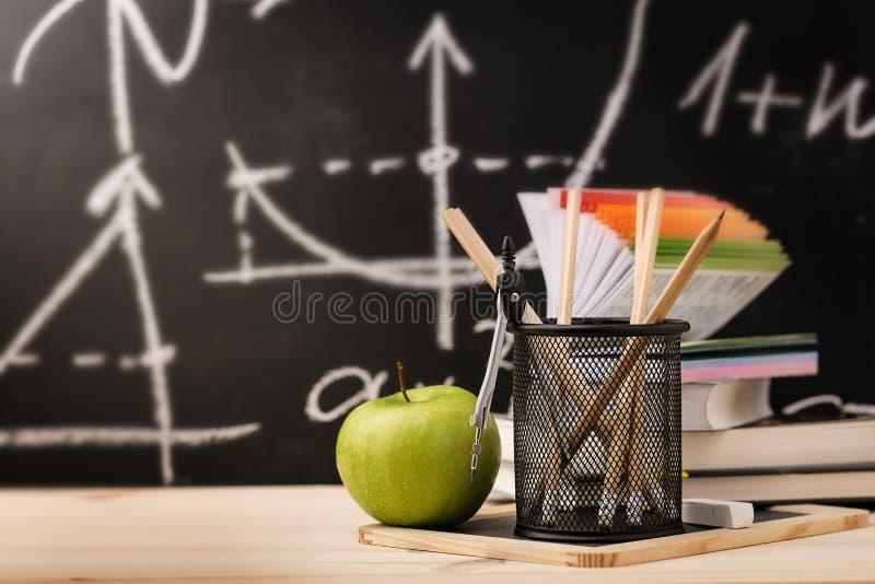Schoolpak in creatieve regeling stock fotografie