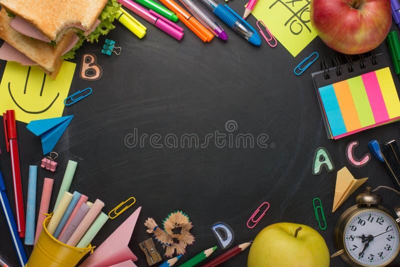 Schoolraad met handvatten, krijt, wekker, en schoolontbijt met ruimte voor het schrijven of reclame royalty-vrije stock afbeeldingen