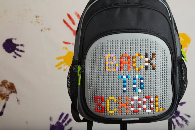 Schoolrugzak met TERUG NAAR SCHOOLsamenstelling stock fotografie