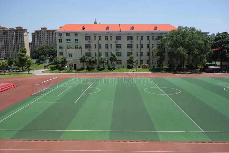 Schoolspeelplaats en klaslokaal royalty-vrije stock afbeelding