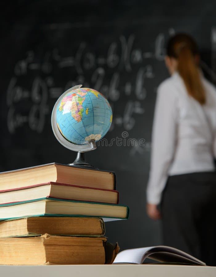 Schoolstilleven met boeken en bord stock fotografie
