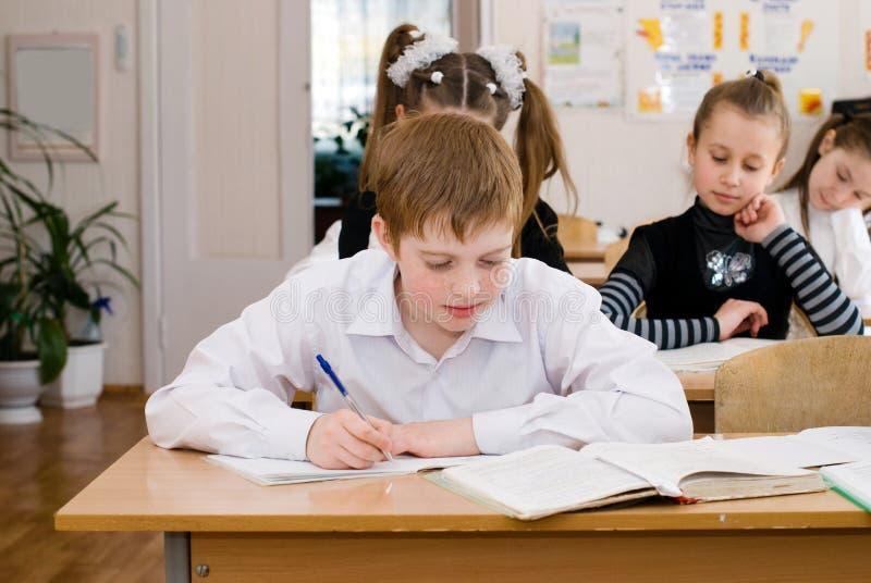 Schoolstudent bij de klasse - Onderwijsconcept stock foto