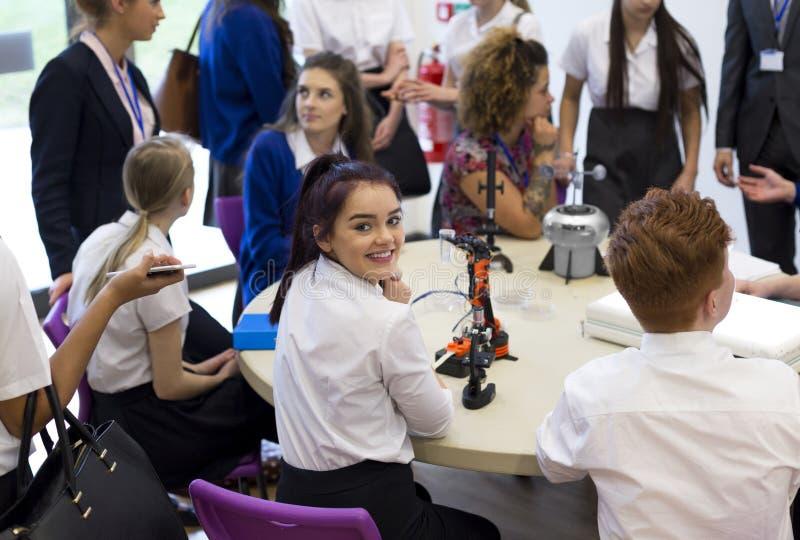 Schoolstudent Smiling bij Camera tijdens Les royalty-vrije stock afbeelding