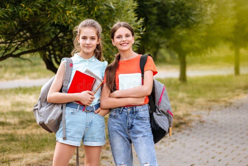 Schoolstudenten het Samenwerken; het lachen en het omhelzen stock foto