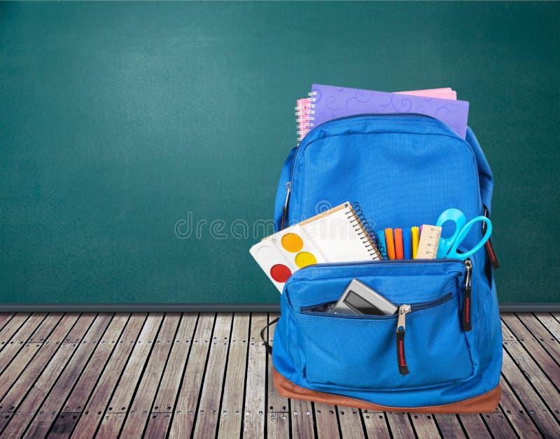 Schooltas op houten lijst stock foto's