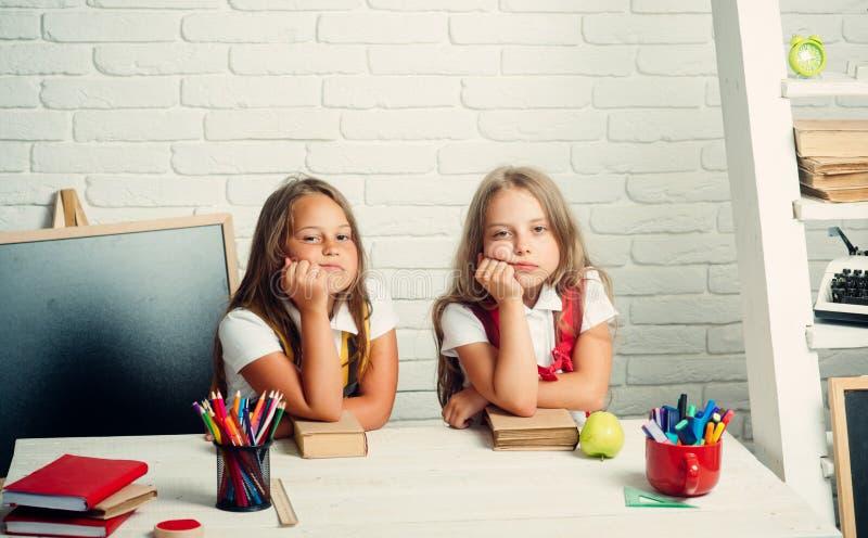 Schooltijd van meisjes Terug naar school en huis het scholen De meisjes eten appel bij middagpauze Vriendschap van klein royalty-vrije stock afbeeldingen