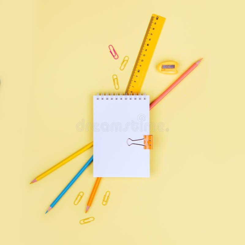 Schooltoebehoren op een gele achtergrond stock fotografie