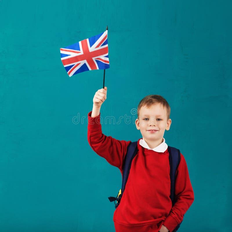 Schoolvakantie in Groot-Brittannië Weinig schooljongen met nationaal royalty-vrije stock fotografie