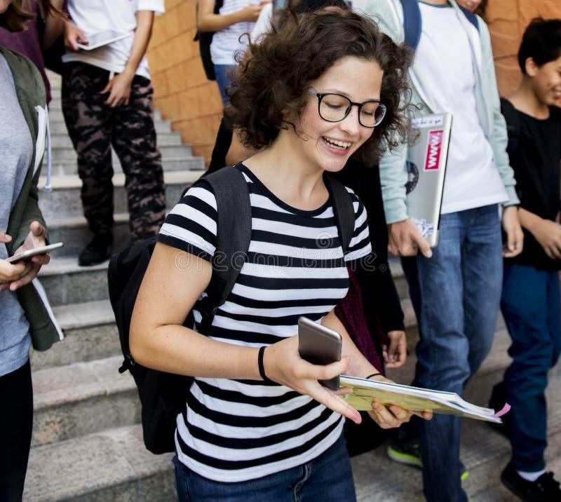 Schoolvrienden die onderaan trap samen lopen stock foto