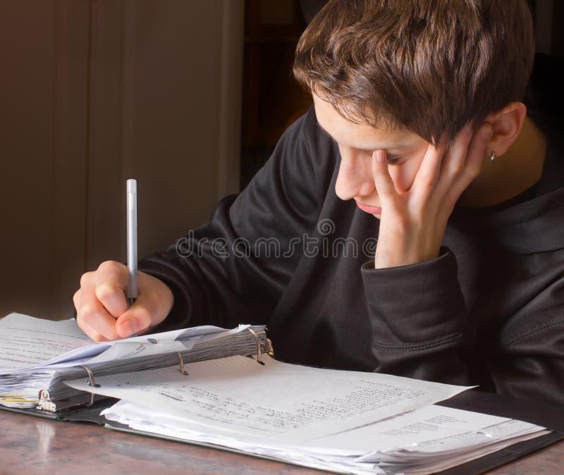 Schoolwork fazendo adolescente imagens de stock royalty free