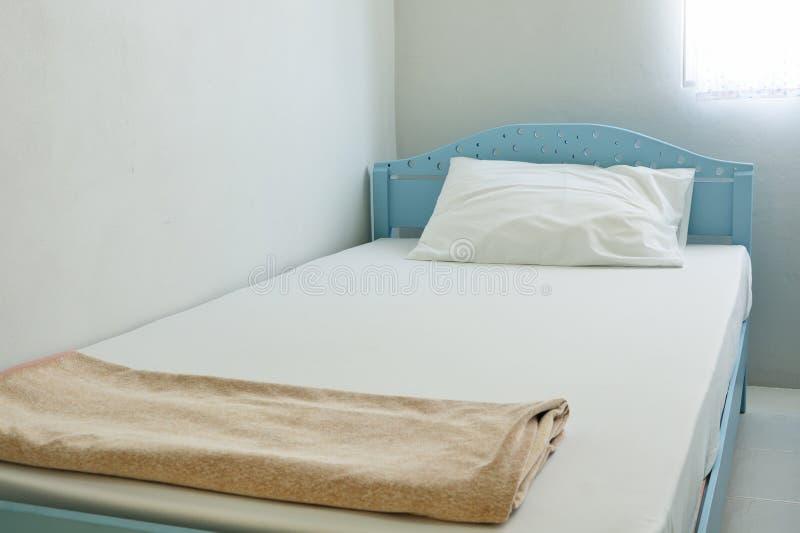 Schoon bed in ruimte royalty-vrije stock fotografie