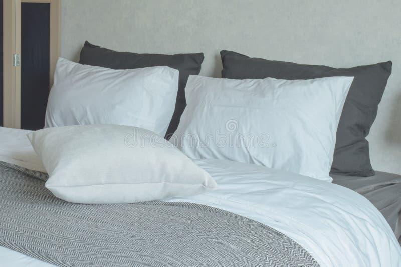 Schoon beddegoed met het bed van de koningsgrootte royalty-vrije stock afbeeldingen