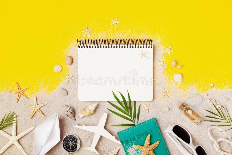 Schoon notitieboekje met toebehoren op de gele mening van de lijstbovenkant De vakantie van de planningszomer, reis en vakantieac stock foto