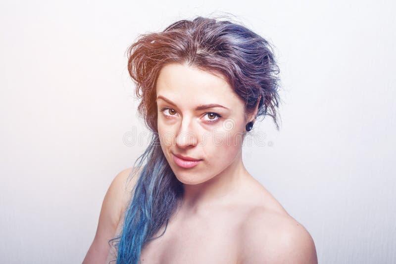 Schoon portret van een dertig éénjarigenvrouw met slordig die haar in violette en turkooise kleuren wordt geverft stock fotografie