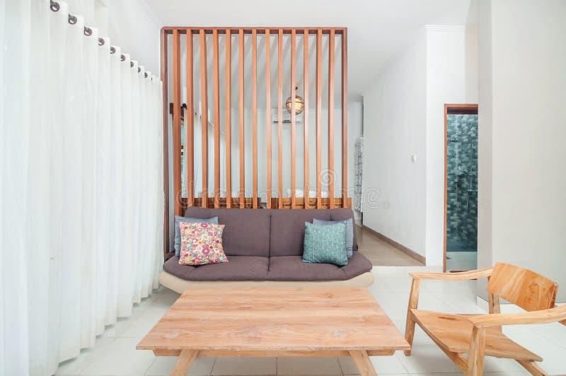 Schoon woonkamer en slaapkamervilla minimalistisch ontwerp royalty-vrije stock afbeelding