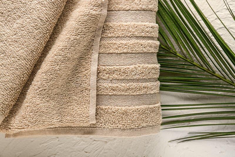 Schoon zacht handdoek en palmblad op witte achtergrond stock afbeelding