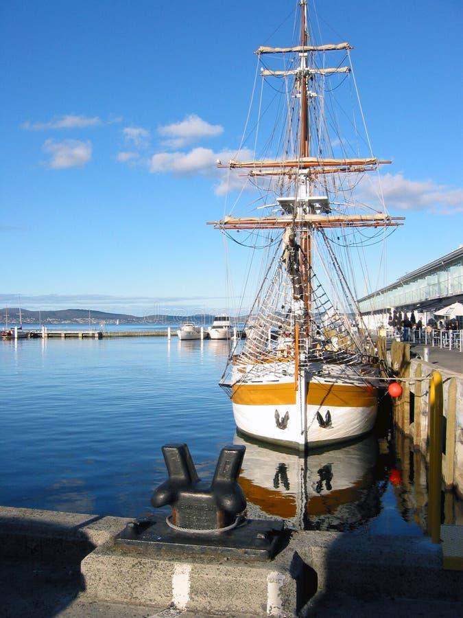 Schooner mâté par double au dock 2 images stock
