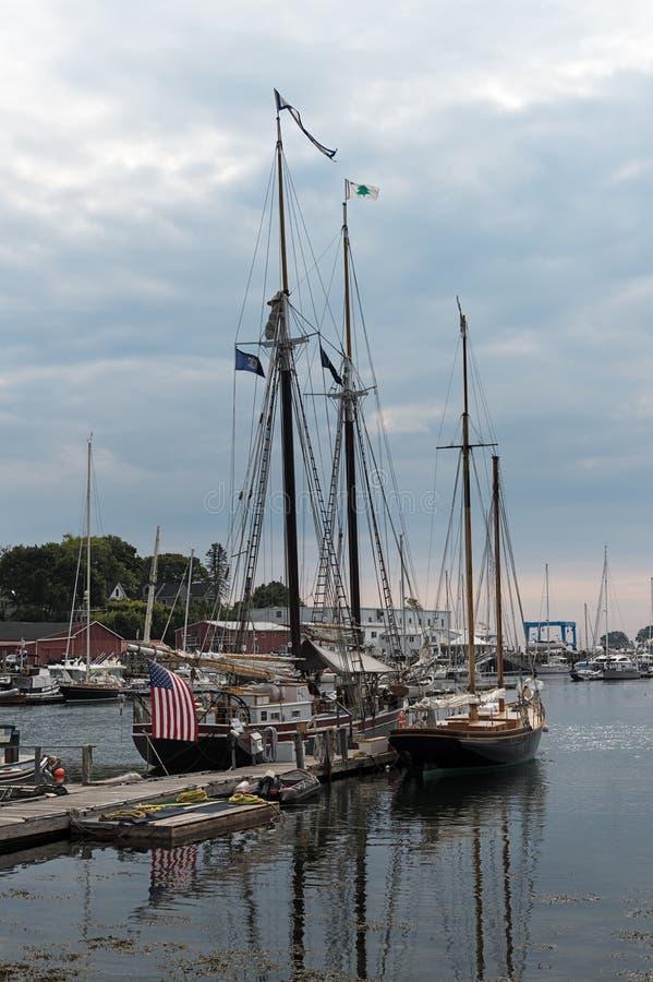 Schooners grands de mât à l'ancre en Camden Harbor images stock