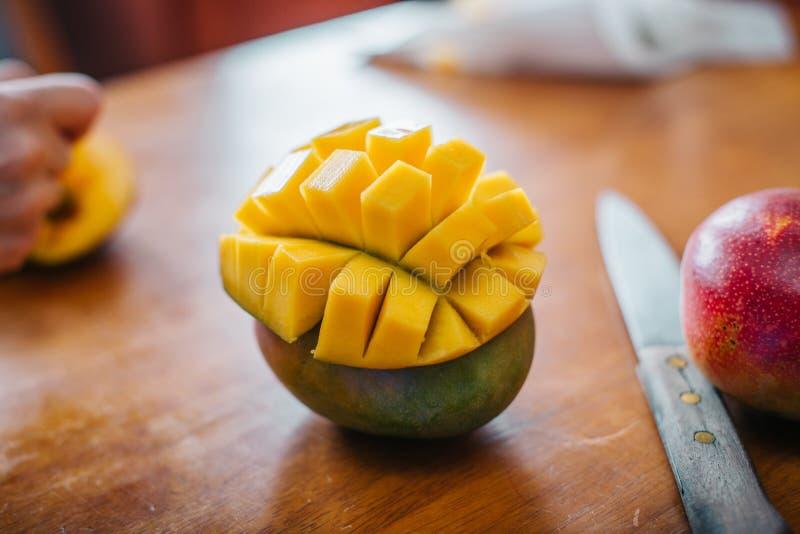 Schoongemaakte gepelde mango stock afbeelding
