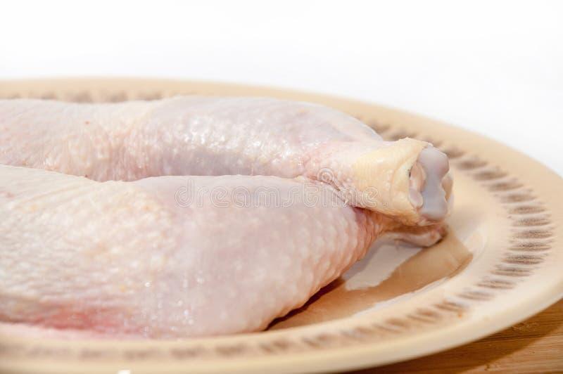 Schoongemaakte kippentrommelstokken klaar voor het braden of het koken stock foto