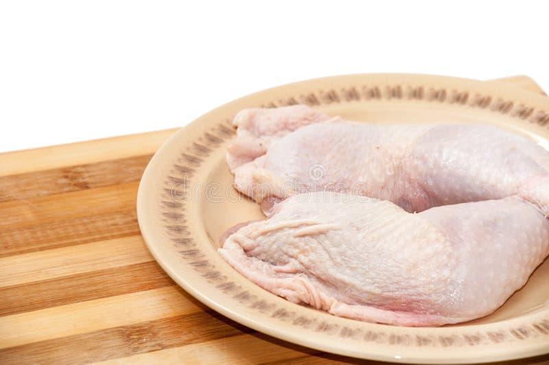 Schoongemaakte kippentrommelstokken klaar voor het braden of het koken stock afbeeldingen