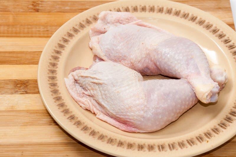 Schoongemaakte kippentrommelstokken klaar voor het braden of het koken stock fotografie