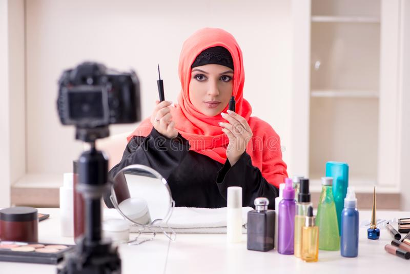 Schoonheid blogger in de video van de hijabopname voor haar blog stock foto's