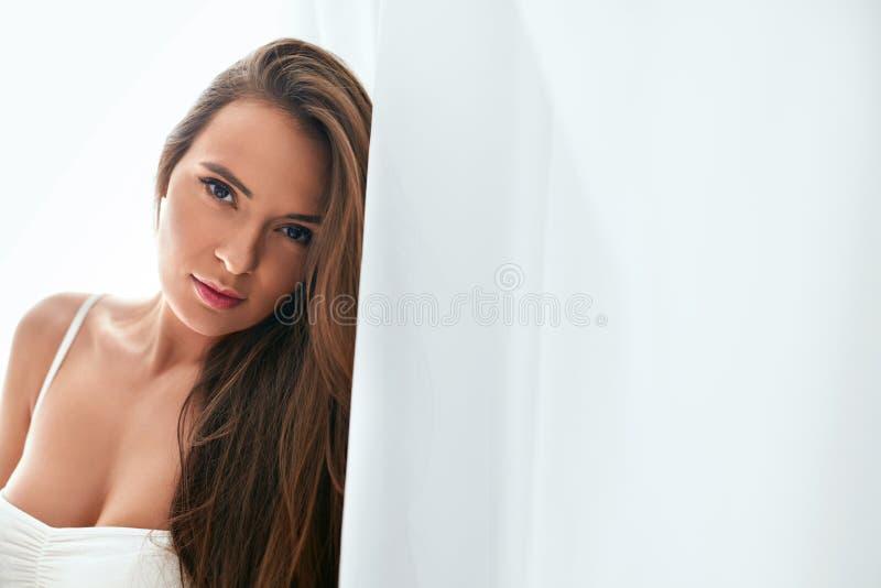 schoonheid De aantrekkelijke Vrouw met Lang Haar en Natuurlijk maakt omhoog stock foto's