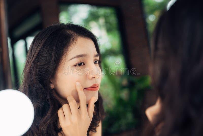 Schoonheid, de levensstijlconcept van de huidzorg Jonge Aziatische vrouw met acne royalty-vrije stock fotografie