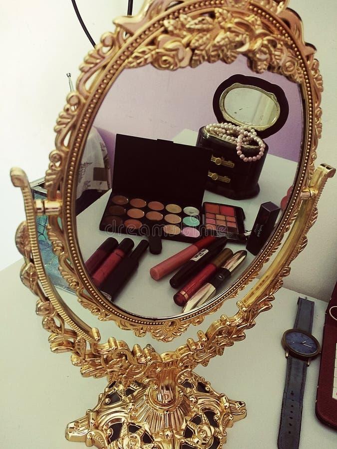 Schoonheid in de spiegel stock afbeelding