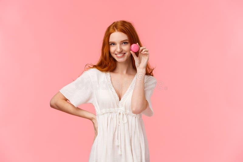 Schoonheid, desserts en mensensmokkel Alluring en sassy redhead caucasian girl in witte jurk, verleidelijk iemand met royalty-vrije stock afbeelding