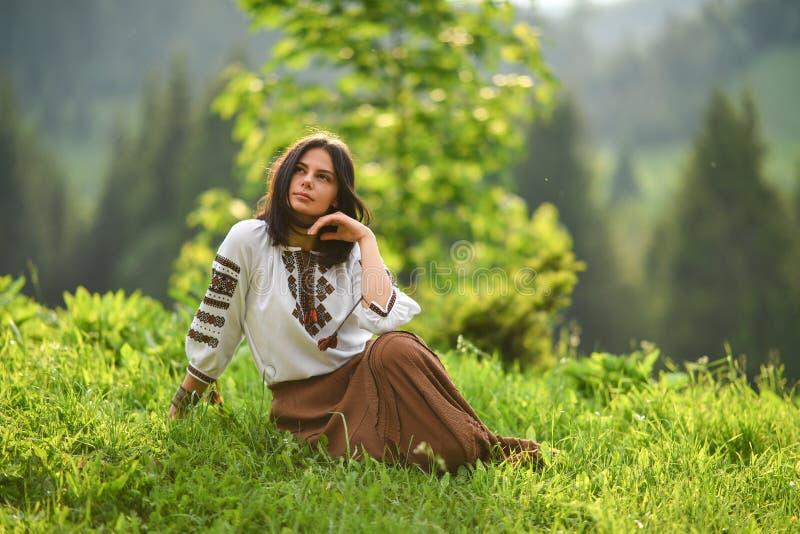 Schoonheid die Roemeense geroepen blouse dragen d.w.z. royalty-vrije stock fotografie