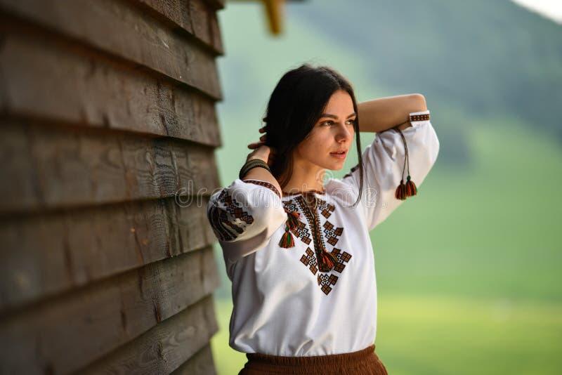 Schoonheid die Roemeense geroepen blouse dragen d.w.z. stock foto