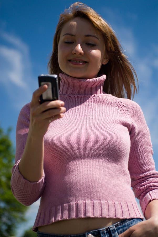 Schoonheid en de telefoon stock foto's