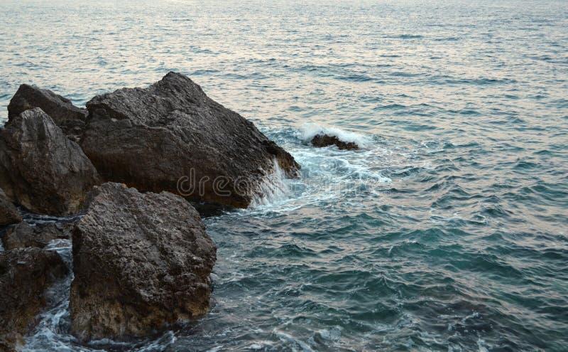Schoonheid en kracht van diep water Gevaar o die in verboden plaatsen zwemmen Wild overzees die panorama met scherpe rots binnen  royalty-vrije stock afbeeldingen