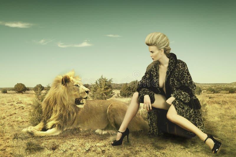 Schoonheid en leeuw royalty-vrije stock fotografie