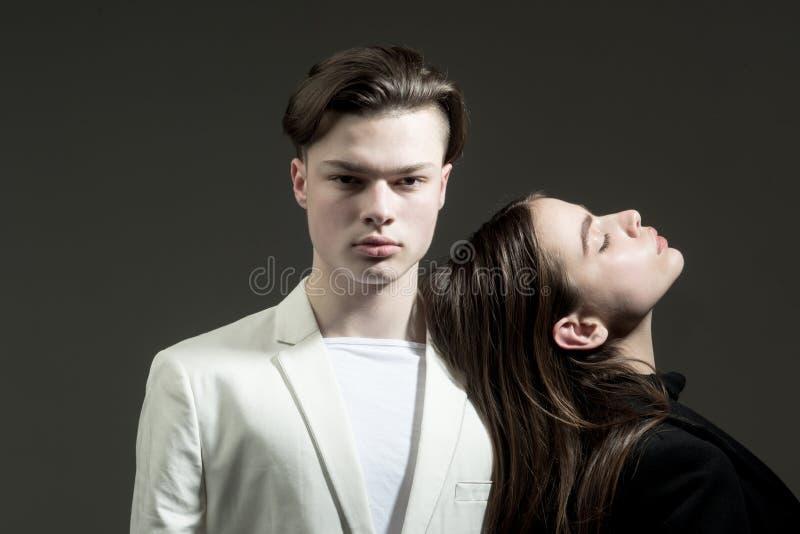 Schoonheid en manier Haarstijl en skincare Man en Vrouw Manierpaar in liefde Vriendschapsrelaties Familiebanden royalty-vrije stock foto