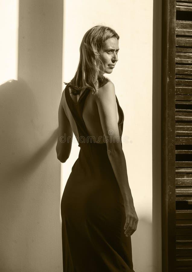 Schoonheid en manier photoshoot bij het jonge aantrekkelijke en mooie professionele modelvrouw stellen natuurlijk en elegant in e stock afbeelding