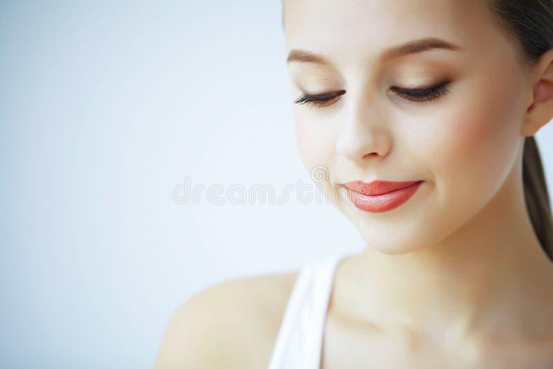 Schoonheid en Zorg Portret van een Jonge Vrouw met een Mooie Huid royalty-vrije stock foto